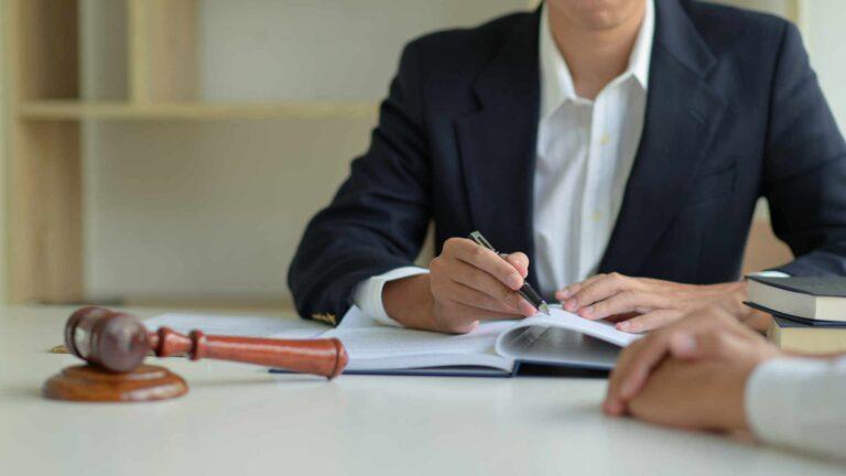 Anwalt nach Autounfall nehmen